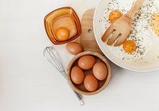 Huevos fritos en el sartén, ingredientes del desayuno, acces de la cocina Fotografía de archivo