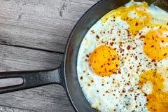 Huevos fritos en la cacerola Foto de archivo libre de regalías
