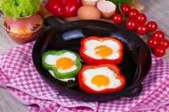 Huevos fritos en pimientas Foto de archivo libre de regalías