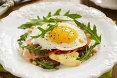 Huevos fritos en tostada Foto de archivo libre de regalías