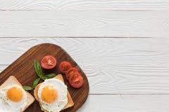 Huevos fritos en tostadas Fotos de archivo