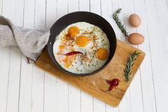 Huevos fritos en un sartén Imagen de archivo libre de regalías
