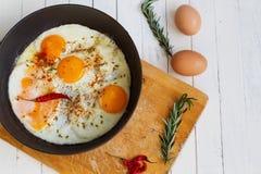 Huevos fritos en un sartén Fotos de archivo libres de regalías