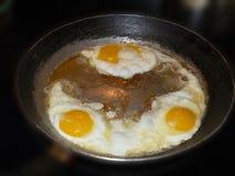 huevos fritos en una cacerola foto de archivo libre de regalías