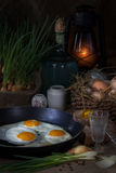 Huevos fritos en una cacerola Fotos de archivo