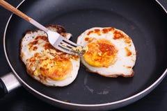huevos fritos en una cacerola foto de archivo