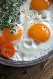 Huevos fritos en una cacerola vieja Foto de archivo