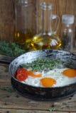 Huevos fritos en una cacerola vieja Fotografía de archivo