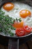 Huevos fritos en una cacerola vieja Fotografía de archivo libre de regalías