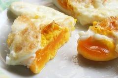 Huevos fritos en una placa Desayuno hecho fresco imagen de archivo
