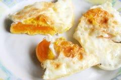 Huevos fritos en una placa Desayuno hecho fresco fotografía de archivo libre de regalías