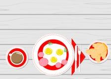 Huevos fritos en verdes de madera de una tabla Imagen de archivo libre de regalías