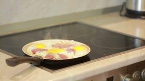 Huevos fritos y jamón en una cacerola para cocinar del desayuno ilustración del vector
