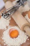 Huevos, harina, contactos de balanceo y más? imagenes de archivo