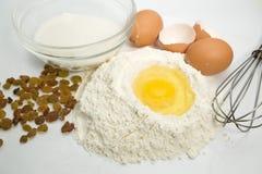 Huevos, harina y herramientas de la cocina Fotografía de archivo