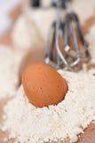 Huevos, harina y un batir? imagenes de archivo