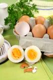 Huevos hervidos agrietados imagenes de archivo