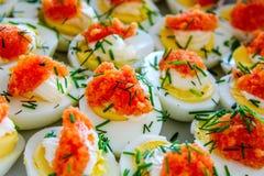Huevos hervidos con el aperitivo del caviar fotografía de archivo