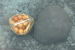 Huevos hervidos en aguas termales Fotos de archivo