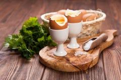 Huevos hervidos en un fondo de madera Fotografía de archivo