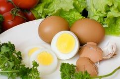 Huevos hervidos en una placa blanca Foto de archivo
