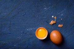 Huevos, hornada o fondo el cocinar Ingredientes en la tabla de cocina fotografía de archivo