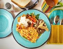 Huevos La Mexicana, Mexicaan scrumbled eieren als ontbijtplaat in een traditioneel restaurant in Mexico stock foto