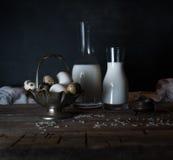 Huevos, leche y mantequilla orgánicos frescos, aún vida en el estilo rústico, fondo de madera del vintage Fotografía de archivo