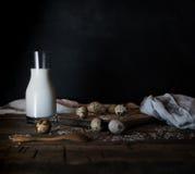 Huevos, leche y mantequilla orgánicos frescos, aún vida en el estilo rústico, fondo de madera del vintage Foto de archivo libre de regalías