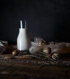 Huevos, leche y mantequilla orgánicos frescos, aún vida en el estilo rústico, fondo de madera del vintage Imagenes de archivo