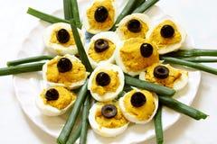 Huevos llenados con las aceitunas en tapa Imagenes de archivo