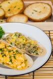 Huevos, mantequilla y crustáceos cocidos con pan tajado imagen de archivo libre de regalías