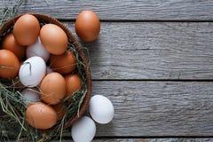 Huevos marrones del pollo fresco en el saco, fondo de la agricultura biológica Fotografía de archivo