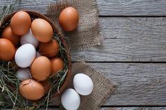 Huevos marrones del pollo fresco en el saco, fondo de la agricultura biológica Fotografía de archivo libre de regalías