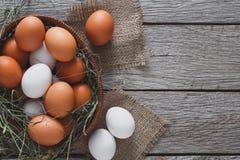 Huevos marrones del pollo fresco en el saco, fondo de la agricultura biológica Imagen de archivo
