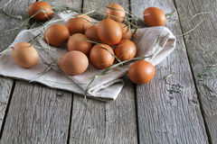 Huevos marrones del pollo fresco en la madera rústica, concepto de la agricultura biológica Fotografía de archivo