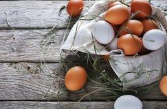 Huevos marrones del pollo fresco en la madera rústica, concepto de la agricultura biológica Foto de archivo libre de regalías