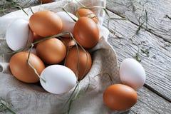 Huevos marrones del pollo fresco en la madera rústica, concepto de la agricultura biológica Imágenes de archivo libres de regalías