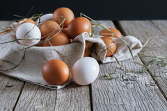 Huevos marrones del pollo fresco en la madera rústica, concepto de la agricultura biológica Foto de archivo