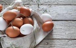 Huevos marrones del pollo fresco en la madera rústica, concepto de la agricultura biológica Fotos de archivo libres de regalías