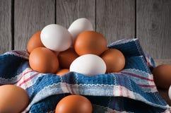 Huevos marrones del pollo fresco en la madera rústica, concepto de la agricultura biológica Fotografía de archivo libre de regalías