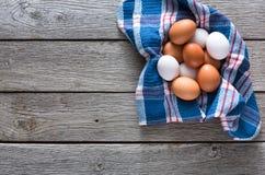 Huevos marrones del pollo fresco en la madera rústica, concepto de la agricultura biológica Fotos de archivo
