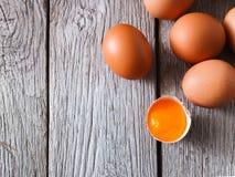 Huevos marrones del pollo fresco en la madera rústica, fondo del concepto de la agricultura biológica Imagen de archivo