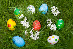 Huevos multicolores en una jerarquía en fondo de la hierba verde foto de archivo libre de regalías