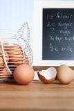 Huevos orgánicos de Brown con receta en cocina Foto de archivo libre de regalías