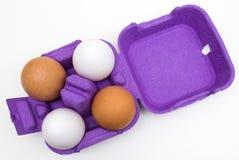 Huevos orgánicos de diversos colores imagenes de archivo