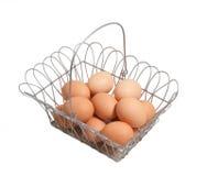Huevos orgánicos en cesta Foto de archivo