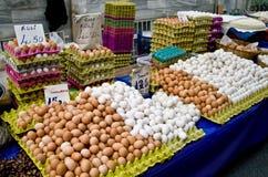 Huevos orgánicos frescos en un mercado de calle fotos de archivo libres de regalías
