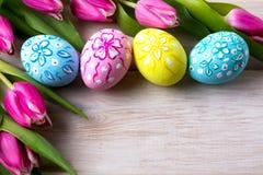 Huevos ornated florales de Pascua y ramo rosado de los tulipanes Fotografía de archivo