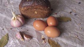 Huevos, pan y ajo en un fondo blanco almacen de video